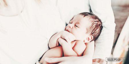 Сколько спят новорожденные в первый месяц: будь в курсе
