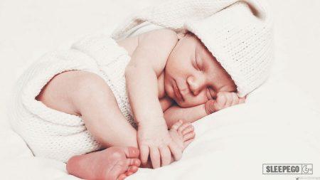Почему грудничок не спит целый день: возможные причины